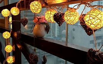 Svítící LED řetěz s 20 ratanovými klubíčky.