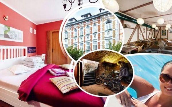 Relaxační pobyt v Krušných horách v hotelu Clochard*** pro dva na 3 dny s chutnou polopenzí, vstupem do Aquasvěta a Podkrušnohorského zooparku. Unikátní Kamencové jezero, in-line a cyklostezky poblíž.Děti jen 300 Kč pobyt s polopenzí.
