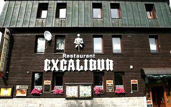 Ubytování pro dva v hotelu Excalibur s polopenzí, billiard, káva nebo čaj s domácím koláčem aj.