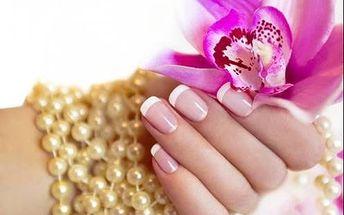 Chrómové a farebné gélové nechty alebo francúzska manikúra