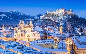 Tradiční adventní trhy v Salzburgu s obřím rejem čertů