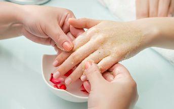 Péče o ruce - manikúra s lakováním a zábalem