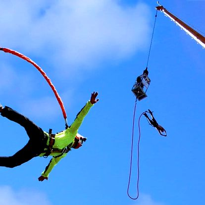 Extrémní bungee jumping z televizní věže