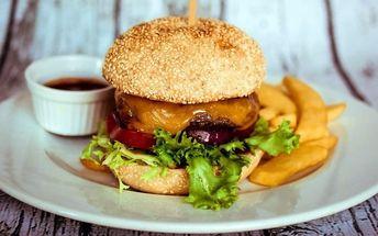 Velký domácí burger s hranolky, salátem a nápoj