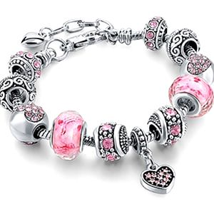 Módní náramky v různých variantách, náramek má svůj detail, křížek, srdce, krystal, korunku.