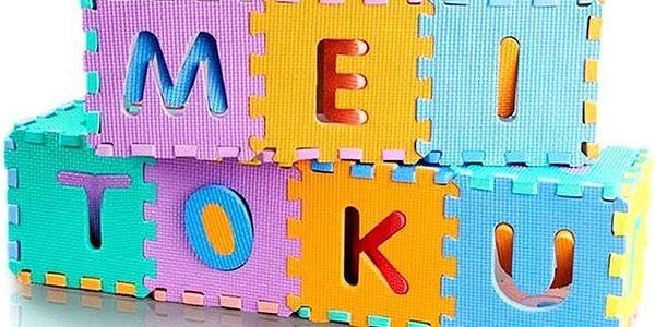 Barevné pěnové puzzle s písmenky a číslicemi v různých velikostech