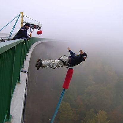 Bungee jumping v několika lokalitách
