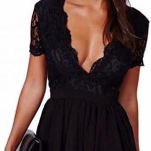 Černé dámské šaty s výstřihem