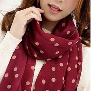 Puntíkovaný šátek ve čtyřech barvách