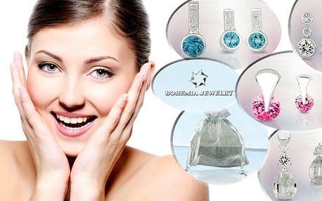Kolekce elegantních stříbrných šperků - náušnice a přívěsek, dokoupit lze i řetízek. Šperky jsou doplněny kamínky z českého křišťálu vysokého lesku, které rozzáří a potěší srdce každé ženy.