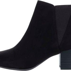 Černé kotníkové boty na podpatku v semišové úpravě Tamaris