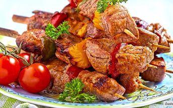 Vepřové špízy, tatarák, přílohy a salát pro 2