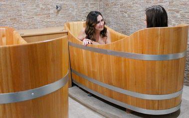 Koupel v dřevěné kádi: 55 minut relaxace pro dva