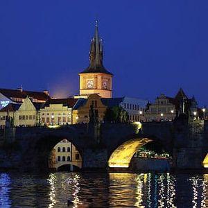 Noční let nad městem v Moravskoslezském kraji