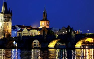 Noční let nad městem v Praze
