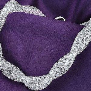 Dutinkové náhrdelníky se třpytivými krystaly