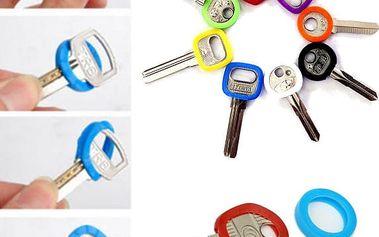 Balení barevných kroužků na klíče