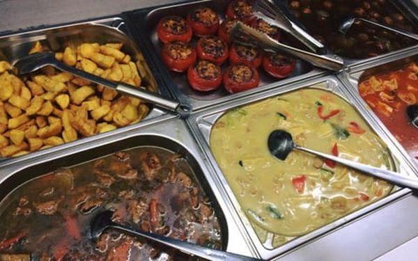 50% sleva na pokrmy z veganského bufetu v restauraci Mr. Hau. Snězte, co se vejde na talíř.4