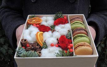 Krabička plná květin a makronek pro vaši milou