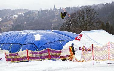 Kurz akrobatických skoků na snowboardu a lyžích