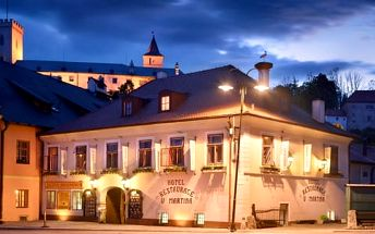 Romantika na pokoji, slavnostní večeře i relax v sauně pro dva v hotelu s výhledem na zámek Rožmberk