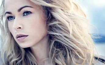 Střih s blond melírem pro všechny délky vlasů