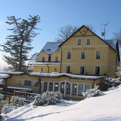 Wellness pobyt pro dva s polopenzí v hotelu Arnika, bazén, infrasauna, lyžování, běžky i sáňkování.