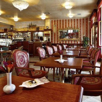 Sladké dobroty v Café Mozart přímo u Orloje: 2x lahodný dort dle výběru a 2x káva nebo čaj