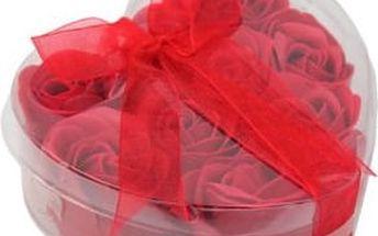 Romantické okvětní lístky růže - červená