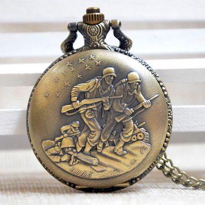 Vintage kapesní hodinky se statečnými vojáky