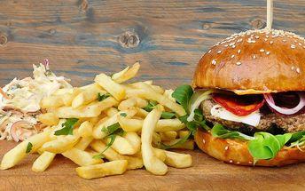 Parádní burger, hranolky, coleslaw a cheesecake