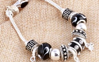 Náramek s černými korálky a kamínky