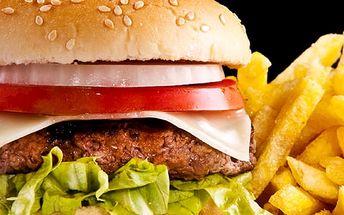 Hovězí burger, hranolky a domácí kečup nebo tatarka v restauraci Švejk ve Strašnicích.