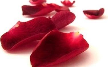 144 okvětních lístků v krásném balíčku Romant na posypání postele, nebo do romantické koupele