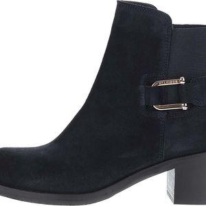 Tmavě modré semišové chelsea boty na podpatku Tommy Hilfiger