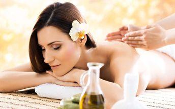 Uvolňující ajurvédská masáž voňavým olejem