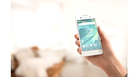 Oblíbený chytrý telefon Sony Xperia E5 v bílé barvě