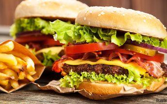 Dva macaté burgery s pořádnou porcí hranolků