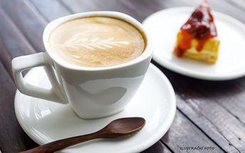 Dvě kávy a luxusní zákusky v příjemné kavárně Retro