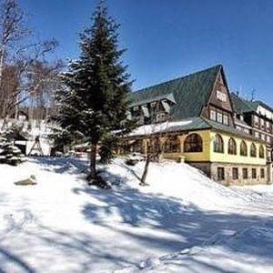 Zimní sezóna na Pustevnách s polopenzí a neomezeným vstupem do vyhřívaného bazénu v Hotelu Tanečnica