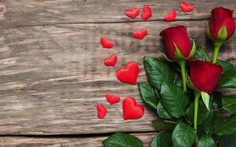 Kytice z růží nebo barevných tulipánů