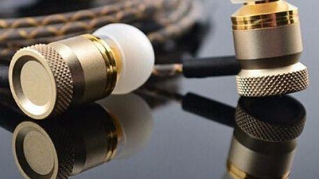 Sluchátka se zapleteným kabelem