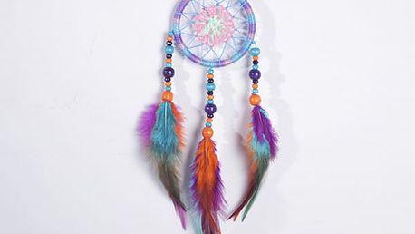 Indiánský lapač snů s barevnými korálky a pírky