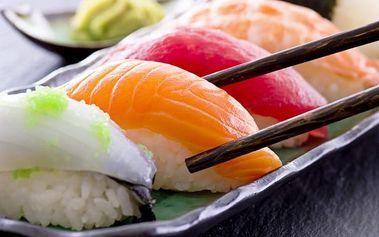 16–51 ks oblíbené asijské pochoutky sushi v japonské restauraci SaoMai v Praze