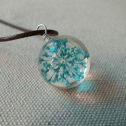 Zajímavý náhrdelník se skleněným přívěskem s usušenou květinou