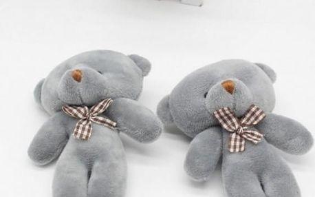 Roztomilý malý plyšový medvídek v šedé barvě