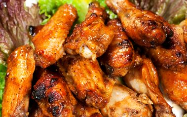 1 kg kuřecích řízků či 1,5 kg grilovaných křidýlek pro 4 osoby s přílohou. Navíc 2x malinovky