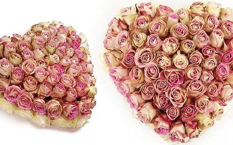 Vpichované srdce z růží různých barev s dopravou po Praze