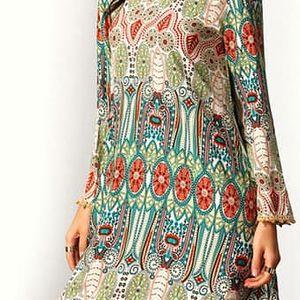 Dámské šaty s barevnými motivy a dlouhým rukávem