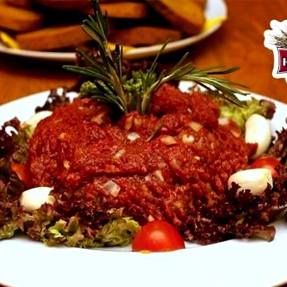 500 g tataráku z argentinského hovězího masa + 20 topinek v restauraci Kopyto v Praze 3